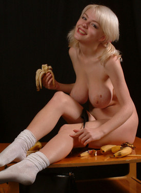 Busty blonde hottie in tight jeans is hungry for bananas